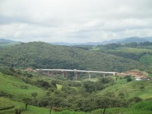 Puente en construcción sobre el río Barranca, Volio San Ramón. Detrás se puede ver un parche de bosque natural