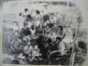 Hijos y sobrinos de Augusto Quesada durante las cogidas de cafe (década de 1970). Fotografía proveída por Berta Fallas.