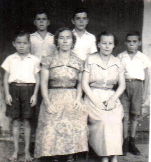 Blanca Ugalde y sus hijos Orlando, Guido, Félix y Walter Jiménez Ugalde